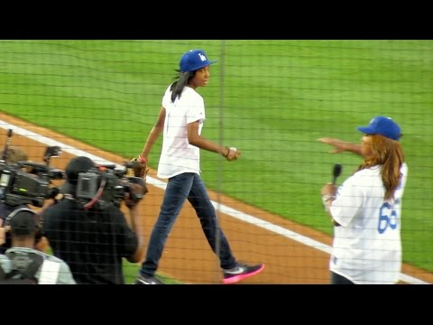 Mo'ne Davis Throws PERFECT First Pitch @Dodgers 9-2-14