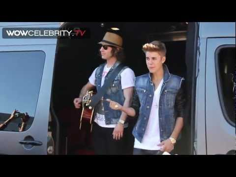 Justin Bieber surprise street performance for fans leaving 'Tonight show with Jay Leno'