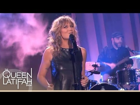 "Jennifer Nettles Performs ""Falling"" on The Queen Latifah Show"