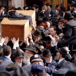 Followers of Lubavitch Chassidic Court leader Menachem Mendel Schneerson carry the coffin containing their deceased leader from the world Lubavitch headquarters in the Brooklyn section of New York for burial June 12 - RTXFDF1